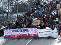 מפגיני סביבה נגד הפורום הכלכלי העולמי בדאבוס / צילום: ARND WIEGMANN, רויטרס