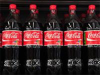 מדף בקבוקי פלסטיק של קוקה קולה / צילום: תמר מצפי