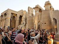 תיירים מצלמים ליד מקדש לוקסור במצרים / צילום: Mohamed Abd El Ghany, רויטרס
