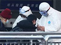 אנשי ביטחון בודקים טמפרטורות גוף של הנכנסים לרכבת התחתית על רקע התפשטות נגיף הקורונה, בייגי'ן / צילום: רויטרס