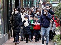 עוברי אורח חובשים מסיכות ברחוב מחשש להדבקות מנגיף הקורונה שפרץ בווהן שבסין / צילום: רויטרס