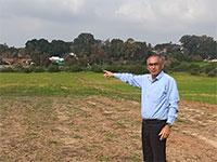 """ראש המועצה דורון שידלוב בשטח המיועד להקמת המפעל / צילום: יח""""צ"""