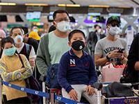 מחכים ביציאה משדה התעופה בסין / צילום: GEMUNU AMARASINGHE, AP