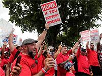 עובדי AT&T מפגינים בשנה שעברה / צילום: Lynne Sladky, רויטרס