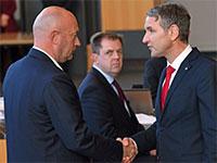 """מנהיג מפלגת הימין """"אלטרנטיבה לגרמניה"""" (AfD) לוחץ את היד למנהיג """"הליברלים"""" תומאס קמריך / צילום: Martin Schutt, Associated Press"""