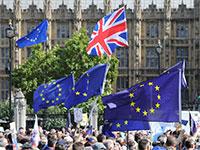 דגלי בריטניה ודגלי האיחוד האירופי מונפים מול הפרלמנט בלונדון / צילום: shutterstock, שאטרסטוק