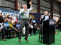 בן וג'רי. בן קיפץ על הבמה בהתלהבות והזמין את סנדרס לשאת דברים / צילום: Pablo Martinez Monsivai, Associated Press