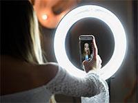 נערה מצטלמת כשהיא עושה ליפסינק ווידאו באפליקציית טיקטוק / צילום: Jessica Hill, Associated Press