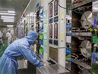 עובד במפעל שבבים בסין / צילום: רויטרס