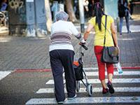 קשישה ישראלית עם מטפלת זרה / צילום: שלומי יוסף