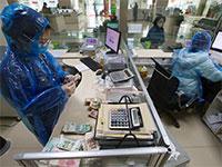 עובדים בסין מתמגנים מהקורונה / צילום: רויטרס