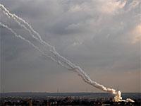 עזה משגרת טילים לעבר ישראל / צילום: Khalil Hamra, Associated Press