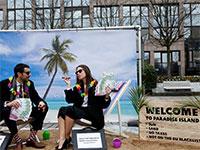 הפגנה של פעילים חברתיים נגד מקלטי מס, מול משרדי האיחוד האירופי בבריסל  / צילום: FRANCOIS LENOIR, רויטרס