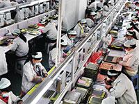 עובדות מכוסות פנים, השבוע במפעל אלקטרוניקה סיני / צילום: Tao Ming, Associated Press