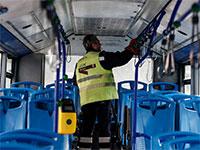 עובד נקיון מחטא אוטובוס ציבורי ברומא למנוע את התפשטות הקורונה בקרב הנוסעים / צילום: Cecilia Fabiano, Associated Press