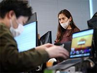 עובדים ביפן / צילום: Eugene Hoshiko, AP