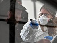 הצוות הרפואי שבמחוז טירול באוסטריה, שגובל בצפון איטליה, מבצעים בדיקות לתיירים הפוקדים את האזור / צילום: Kerstin Joensson, Associated Press