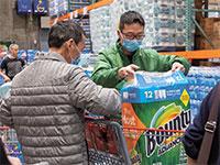 תושבים בקליפורניה מסתערים על נייר טואלט / צילום: Yichuan Cao, רויטרס