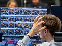 סוחר טרוד בבורסת פרנקפורט על רקע הירידות החדות / צילום: Associated Press
