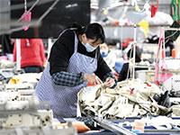 עובדים במפעל במחוז גוויז'ו בדרום מערב סין / צילום: רויטרס