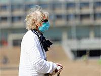 קשישה עם מסיכה בתל אביב בצל הקורונה / צילום: שלומי יוסף, גלובס