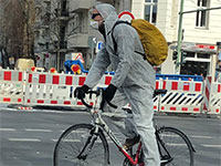 רוכב אופניים בחליפת מגן בברלין / צילום: משה חדד
