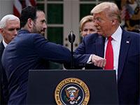 הנשיא לוחץ מרפק עם ברוס גרינשטיין מקבוצת LHC, לאחר שהאחרון לא הושיט לו יד בחזרה אלא מרפק / צילום: Evan Vucci, Associated Press