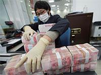 חיטוי שטרות כסף מפני נגיפים בבנק בסין  / צילום: רויטרס