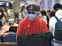 אזרחים סינים ממתינים בפרנקפורט לטיסה לבייג'ינג / צילום: Kai Pfaffenbach, רויטרס