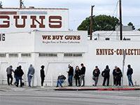 """תור ענק לחנות נשק בארה""""ב / צילום: Ringo H.W. Chiu, Associated Press"""