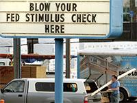 """שלט באורגון. """"תבזבזו אצלנו את הצ'קים שקיבלתם מהממשל"""" / צילום: Don Ryan, Associated Press"""