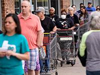 תורות ענק מחוץ לסופר בטקסס כדי להצטייד לעת חירום בצל הקורונה / צילום: David J. Phillip, Associated Press