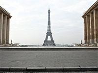 רחבת כיכר טרוקדרו כשברקע מגדל אייפל המפורסם עומדת ריקה מאדם / צילום: hibault Camus, Associated Press