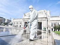 מחטאים את תחנת הרכבת המרכזית ברומא / צילום: רויטרס