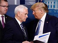 """דונלד טראמפ ומייק פנס לאחר פגישת תדרוך קצרה בנוגע למצב בארה""""ב בצל הקורונה / צילום: Patrick Semansky, Associated Press"""