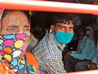נוסעי רכבת בהודו  / צילום: Rajesh Kumar Singh, Associated Press