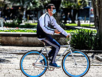 רוכב אופניים עם מסיכת מגן / צילום: שלומי יוסף, גלובס