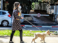 טיול עם הכלב ומסיכה בצל הקורונה / צילום: שלומי יוסף, גלובס