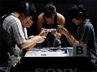 מבקרים בתערוכת סוני. החברה נהנית מצמיחת שבבי ההדמיה למצלמות הסלולר  / צילום: Issei Kato, רויטרס