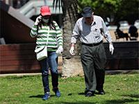 קשיש הולך בפארק עם כפפות ומטפלת לצדו / צילום: שלומי יוסף, גלובס