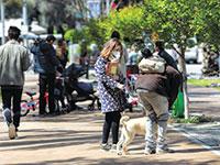 תושבים מתגודדים ברחוב למרות אזהרות משרד הבריאות / צילום: שלומי יוסף, גלובס