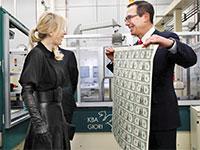 שר האוצר סטיבן מנושין מציג לאשתו לואיס לייטון, דף של שטרות טריים / צילום: Jacquelyn Martin, Associated Press