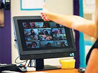 """מורה בבית ספר יסודי בארה""""ב מעבירה שיעור באפליקציית זום / צילום: Amanda Inscore, רויטרס"""