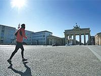 שער ברנדנבורג שומם. בגרמניה דואגים למענקים לעצמאים שנפגעו ממשבר הקורונה / צילום: Michael Sohn, Associated Press