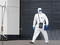 רופא מוטרד הולך מחוץ לבית החולים לחולי קורונה שהוקם במיוחד  / צילום: רויטרס