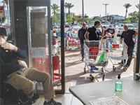 קניות בצל הקורונה בסניף יוחננוף בתל אביב. בסופרים יש ריכוזי התקהלות מותרת / צילום: כדיה לוי, גלובס