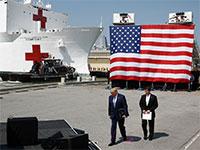 הנשיא טראמפ נפגש עם מזכיר ההגנה, מארק אספר, על ספינה שהוסבה לבית חולים צף / צילום: Patrick Semansky, Associated Press
