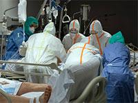 אנשי הצוות הרפואי במחלקת טיפול נמרץ בבית חולים בפדלונה, ברצלונה, מנסים להציל חולי קורונה במצב קשה / צילום: Anna Surinyach, Associated Press