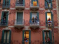 מבודדים בבתיהם בעיר העתיקה של ברצלונה, יוצאים למרפסות להריע לצוותים הרפואיים  / צילום: Emilio Morenatti, Associated Press