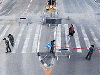 המשטרה סוגרת את הרחוב הראשי ז'בוטינסקי בכניסה לבני ברק בדרך להטלת סגר על העיר על פי הוראות הממשלה / צילום: Oded Balilty, Associated Press